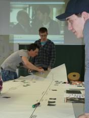 P1050796 Marko, Frederick und Daniel bei der Arbeit am Analyseposter