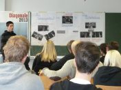 P1050821 Karl praesentiert selbst entworfene Filmplakate