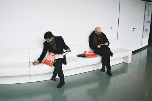Zwei Männer beim Durchblättern der Programme